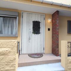 断熱/重厚感/デザイン性 断熱性の高い玄関ドアを採用。重厚感もあり…