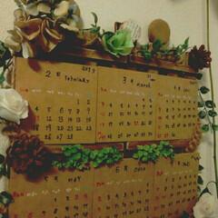 題名 森のカレンダー/フェイクグリーンやドライで飾り付け/麻ひもねじり編みでぐるぐる巻きつけ/キャンドゥミニすのこ/ダイソーMDF材/手書きカレンダー/...