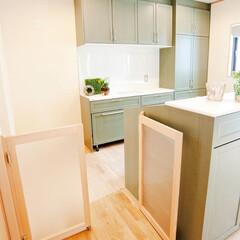キッチンゲート/侵入防止/両開きゲート 床はナラの無垢材に、ウッドデッキ同様AJ…