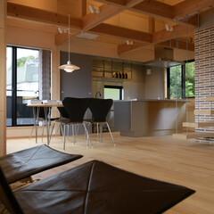 リビング/風景のある家/ロフト階段