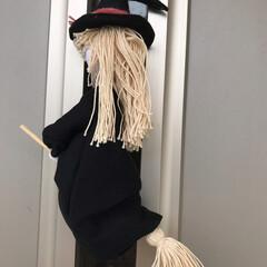 ハロウィン 玄関ドアにハロウィン用に魔女を