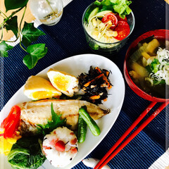 休日の朝ご飯/お家ご飯/ワンプレート/朝ご飯/フード 今日の 朝ご飯 おにぎり( 高菜  カリ…