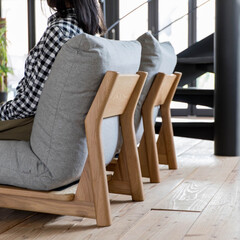 座椅子/ローソファ/ソファ/シンプル/やわらか ふっくらと丸みのあるクッションとは対照的…