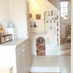 100均DIY/ナチュラルインテリア/ナチュラル/玄関先に/階段下/階段下収納/... 収納が少ない我が家… 階段下に空間がある…