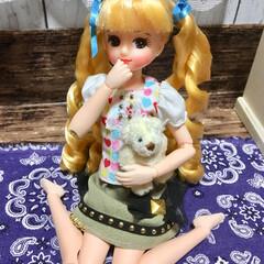 リボン/お人形/リカちゃん/カスタマイズ/かわいい/リフォーム テディベアを抱いて、女の子座りをしたミサ…