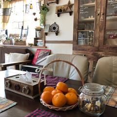 出窓/食器棚リメイク/ティッシュボックスリメイク/ナチュラルキッチンのカゴ 我が家のみかんの置き場所です。 ナチュラ…