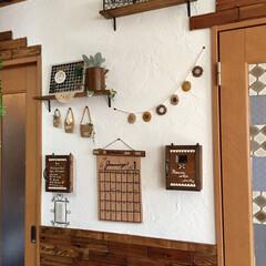 手書きカレンダー/インタンホーンカバー/給湯器カバー/ナチュラルインテリア/ディスプレイ/漆喰/... リビングとキッチンの壁の漆喰壁にディスプ…