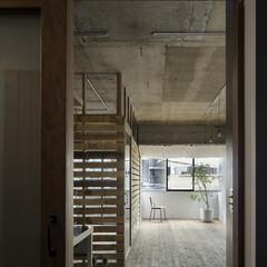 ヴィンテージ/無垢材/古材/コンクリート/インダストリアル 廊下から窓まで抜けるLDK