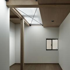 無垢材/シンプル/モダンジャパニーズ 2階の床を通して1階にも光が注ぐ