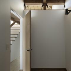 無垢材/シンプル/モダンジャパニーズ 2階の段差を通して1階にも光が注ぐ