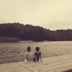 湖/おでかけ/夏 ウェイクボードをする父と兄を見守る2人で…