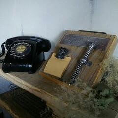 メモスタンド/サドルバンド/足場板/黒電話/電話/DIY/... 黒電話の横には 足場板で作ったメモスタン…