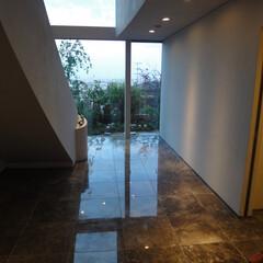 エントランス/吹き抜け/大理石 吹き抜けのエントランスホールです。床はモ…