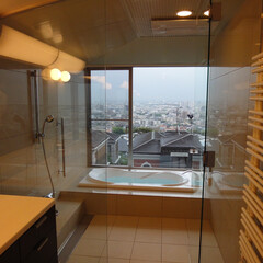ガラス張りバスルーム バスルームは、ガラスで洗面室と一体