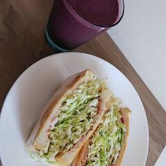 ブルーベリーシェイク/沼さんサンドイッチ 遅いお昼ご飯です
