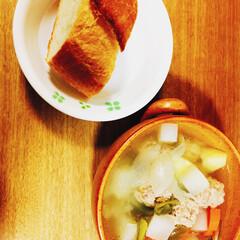 美味しい٩(ˊᗜˋ*)و/フランスパン/野菜たっぷり/ポトフ/フード 本日の夜ご飯♪ 野菜たっぷりポトフです!…