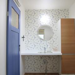 デザイン鏡 青い扉と青い花柄のアクセントクロスが印象…