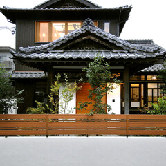 和モダン/木彫フェンス 明るめの木彫フェンスと木のドアでモダンな…