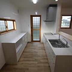 TOTOキッチン/浄水器 白で清潔感のあるキッチンは小柄な奥様に合…