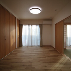 明るい 南向きで、明るい光が差し込む寝室。