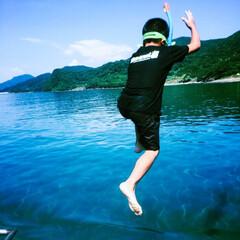 近くの砂浜/ジャンプ!/海 小さい船外機から 「せーのっ‼️」
