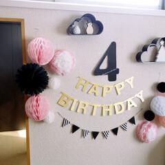 100円/100均/セリア/ハニカムボール/ハニカムフラワー/誕生日/... 娘の4歳の誕生日デコ。  ワードバナーや…