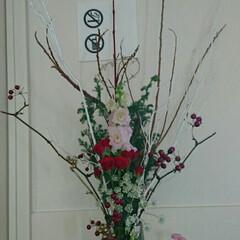 待合室/フラワーベース/花瓶/お花/いけばな/生け花 3階の待合室の生け花です  細長い花瓶な…