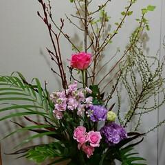 フラワー/インテリア/待合室/活け花/いけばな/生花/... 1階 待合室の生け花です  花の色味をピ…