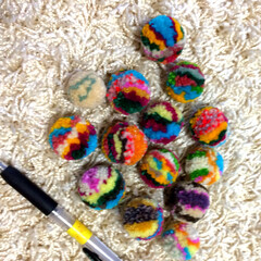 楽しい/手芸/残り毛糸/毛糸/バックチャーム/ポンポン/... 毛糸でポンポン作ったので バックチャーム…