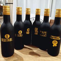 空き瓶/リメイク/ゴールド/空き瓶リメイク/セリア ワインの空き瓶をリメイク。黒く塗って蓋の…