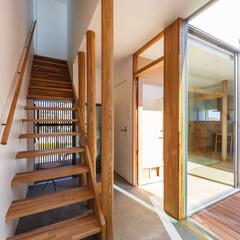 格子/土間/中庭/階段/玄関/デザイン/... 玄関ドアと階段廊下の間には猫ちゃんが飛び…