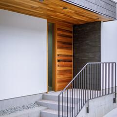 玄関ポーチ/玄関ドア/玄関/設計事務所/設計/注文住宅/... 玄関まわり。 入るとすぐ大きな姿見があり…