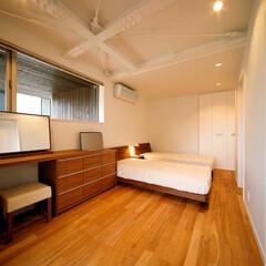 家具/インテリア/浴室/洗面化粧台/洗面室/洗面所/... 天井高確保のためむき出しにした鉄骨梁のあ…