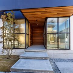 玄関ドア/玄関/設計事務所/設計/外観/外観デザイン/... 玄関側にはクロス枠のガラス壁があり、左側…