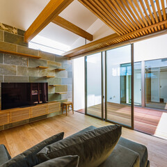 キャットウォーク/猫ハウス/中庭のある家/中庭/インテリア/ダイニングテーブル/... 格子の天井の上は猫ちゃんなら2階寝室から…