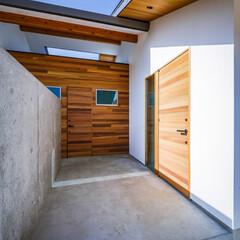 注文住宅/住宅/土間/勝手口/玄関/外観デザイン/... コンクリート壁の先に物干しスペースが…(2枚目)