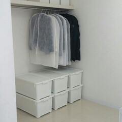 ウォークインクローゼット/寝室/100均/セリア/インテリア/収納 我が家のウォークインです。  礼服、スー…