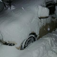 車埋まってる/雪降りすぎ/雪かき どんだけ降るんだ(。>﹏<。)💦 仕事終…