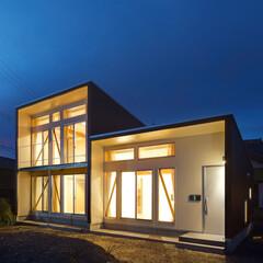 ローコスト/解放感/ガルバリウム鋼板/白/コンパクト/1800万円/... 3-BOX ミニマムな住宅 外観-夜景 …