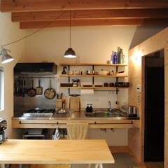キッチン/オリジナルキッチン/シンプル/収納 Bridge House のキッチン。見…
