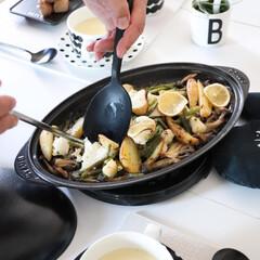ストウブ シャローオーバルホットプレート 40509-400 黒(RST9301)7-0076-0301 キッチン台所用品 | STAUB(皿)を使ったクチコミ「おうちごはん 今日はテレワーク飯  簡単…」