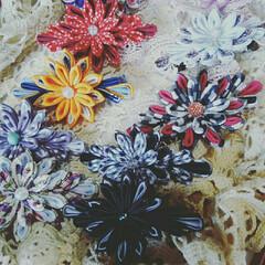 バレッタ/ヘアアクセサリー/アクセサリー/布小物/つまみ/つまみ細工/... つまみ細工のお花のバレッタ!  ブラック…
