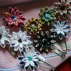 布小物/つまみ/手作り/つまみ細工/ハンドメイド つまみ細工のストールピン。お花がたくさん…