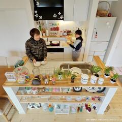 アイランドキッチン/光を取り込むダイニング/フルオープンキッチン/見せるキッチン/雑貨が似合うキッチン 土間に近接するキッチンはカウンターの造作…