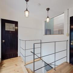 明るい階段/窓/光が差し込む階段/2階ホール/階段画像 ホール右手から間接的なひかりを取り込むよ…
