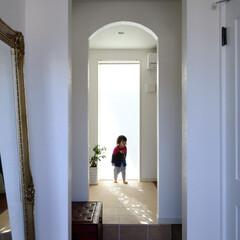 明るい玄関/白い玄関/玄関ホール アーチ型の仕切りが印象的な玄関ホール。 …