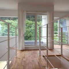 窓/ホール/階段/吹き抜け 階段を上がると解放感あふれるホールが広が…