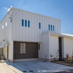 白い家/箱型おうち/白い壁/四角いおうち 大きな箱と小さな箱を組み合わせた外観。 …