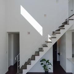 階段/スケルトン階段/鉄製手すり/白い階段 鉄製のスケルトン階段、素材はハードだが、…