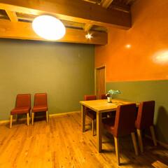 食堂/ダイニング/漆喰/漆喰磨き ペットと一緒に食事するダイニング。床はサ…